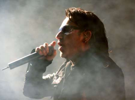 "U2's lead singer ""Bono"" performs in Miami during the pop group's final concert in their ""Elevation Tour,"" December 2, 2001. U2 performed 113 concerts in their run through North America. REUTERS/Colin Braley"