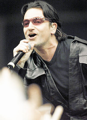 U2's Bono belts out a tune to the sold-out crowd at Calgary's Saddledome (Darren Makowichuk, Calgary Sun)
