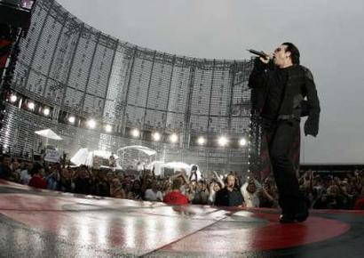 Irish band U2 vocalist Bono performs during the band's concert in Switzerland at the Letzigrund stadium in Zurich, July 18, 2005. REUTERS/Siggi Bucher