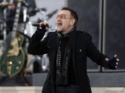 U2's Bono performs at the 'We Are One: Opening Inaugural Celebration at the Lincoln Memorial in Washington, Sunday, Jan. 18, 2009. (AP Photo/Jeff Christensen)