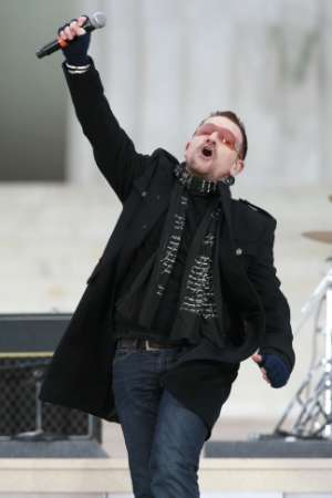 Bono of U2 performs 'In the Name of Love' during the We Are One: Inaugural Celebration at the Lincoln Memorial in Washington January 18, 2009. REUTERS/Jason Reed UNITED STATES)